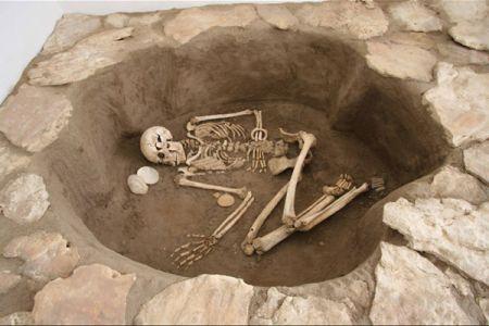 14. Reconstitution d une tombe du site neolithique d El-Barga .jpg